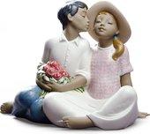 Статуэтка Похищенный поцелуй (Stealing a Kiss) 18см NAO 02012012