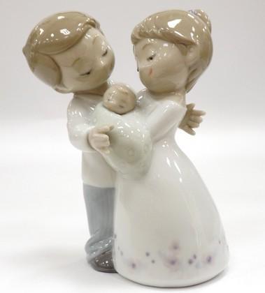 Статуэтка фарфоровая Любовь это… наш ребенок (Love is... Our Little Baby) NAO 02001742