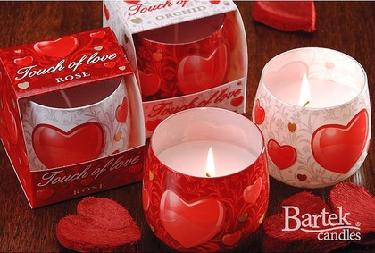 "Bartek Candles TOUCH OF LOVE Свеча ""Касание любви"" - в интерьере, стакан 80х75мм, артикул 5907602667707"