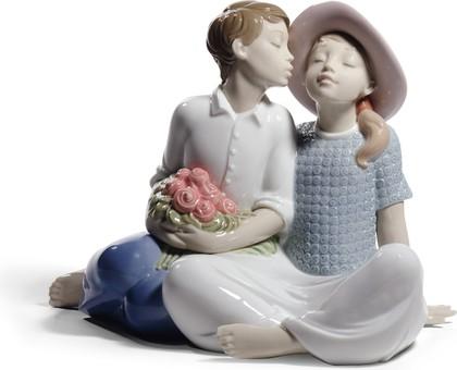 Статуэтка фарфоровая Похищенный поцелуй (Stealing a Kiss) 18см NAO 02001781