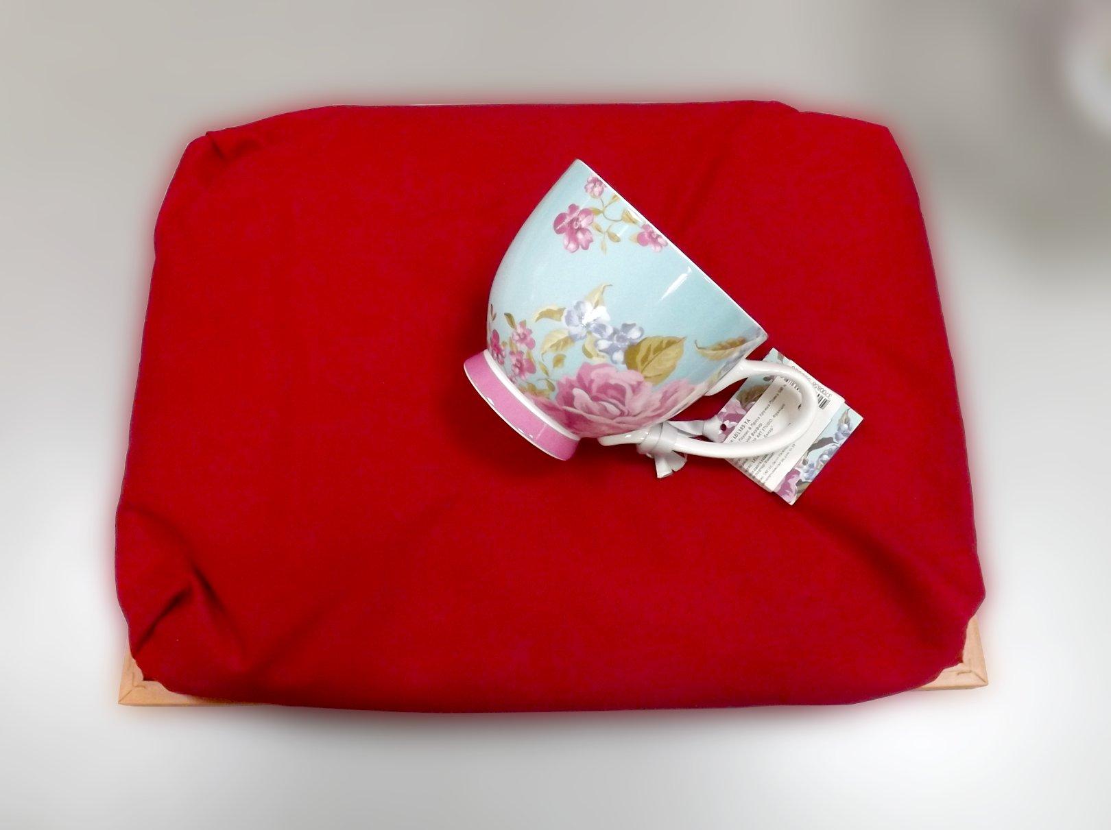 Обратная сторона подноса на подушке с изображением побережья Нормандии и кружка из костяного фарфора из серии Поэзия & Проза от Top Art Studio
