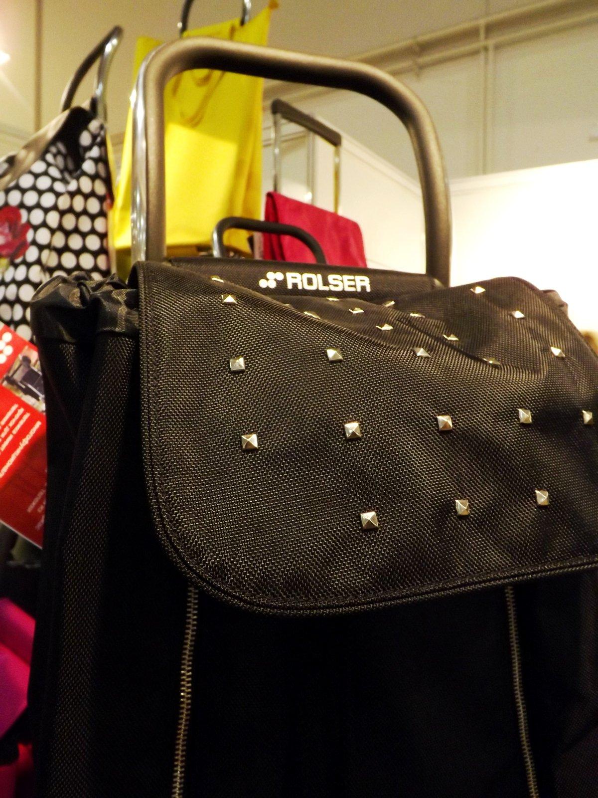 Верхний клапан сумки-тележки с декоративными клёпками из коллекции 2014 года от Rolser на выставке КонсумЭкспо-Зима 2015