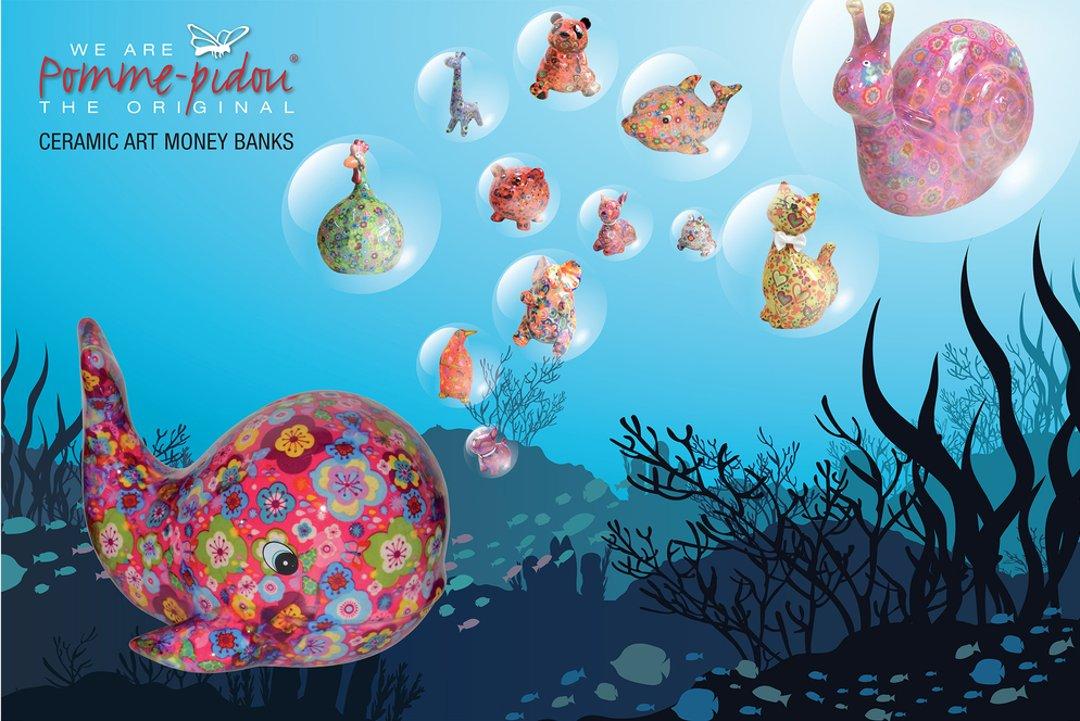 Рекламный постер бренда Pomme-Pidou с изображениями копилок в различных формах: кита, собаки, петуха, дельфина, свиньи, кошки, панды, жирафа, улитки, краба, птицы
