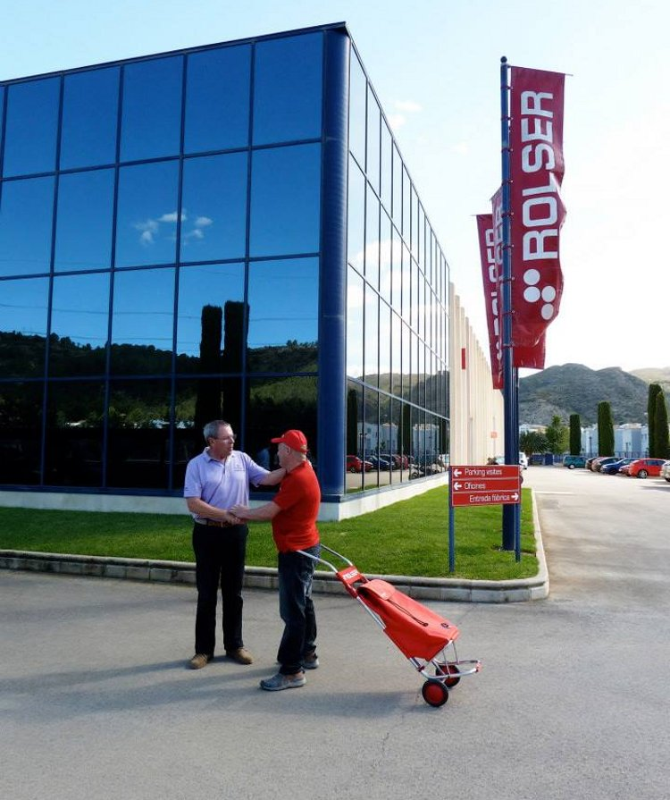 Энтузиаст-экспериментатор, использующий сумку-тележку Rolser в междугородних путешествиях по Европе, прибыл на фабрику в Испании