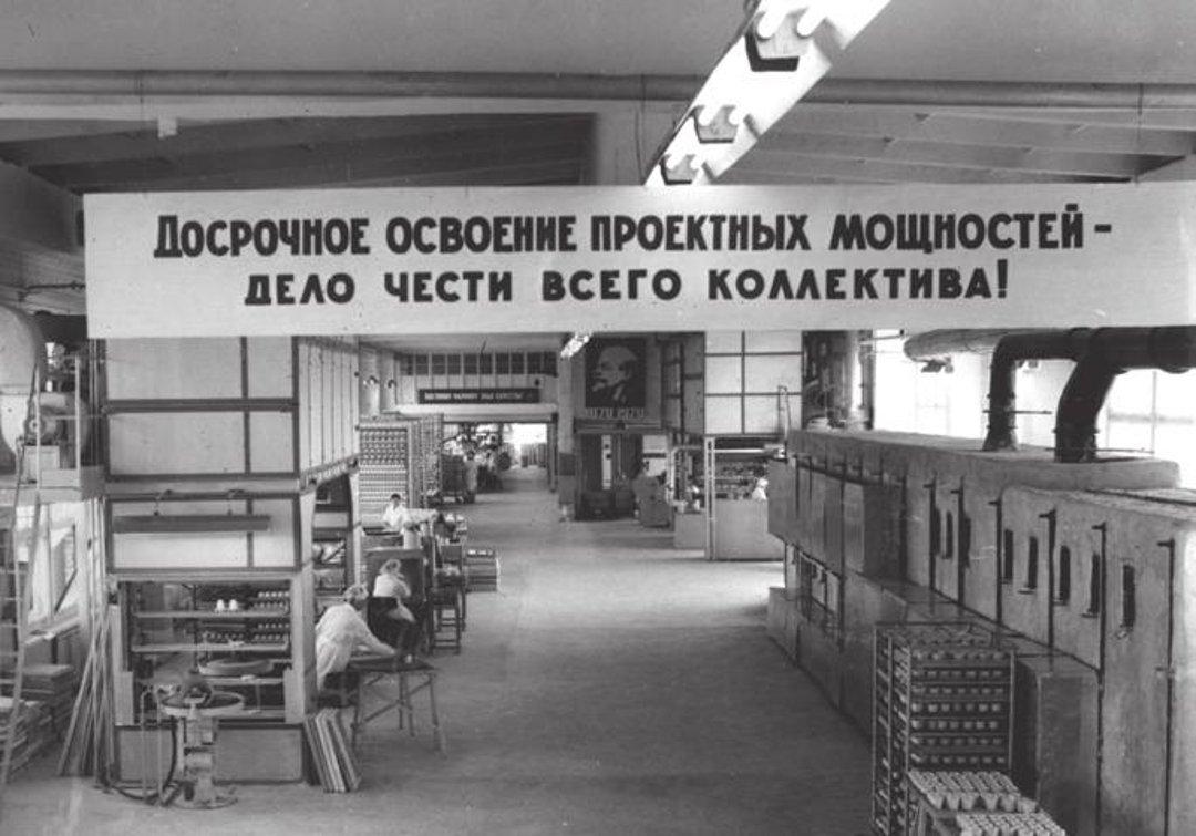 Цех костяного фарфора Ленинградского фарфорового завода имени М.В.Ломоносова (с 2005 года — ИФЗ) в 1969-м году