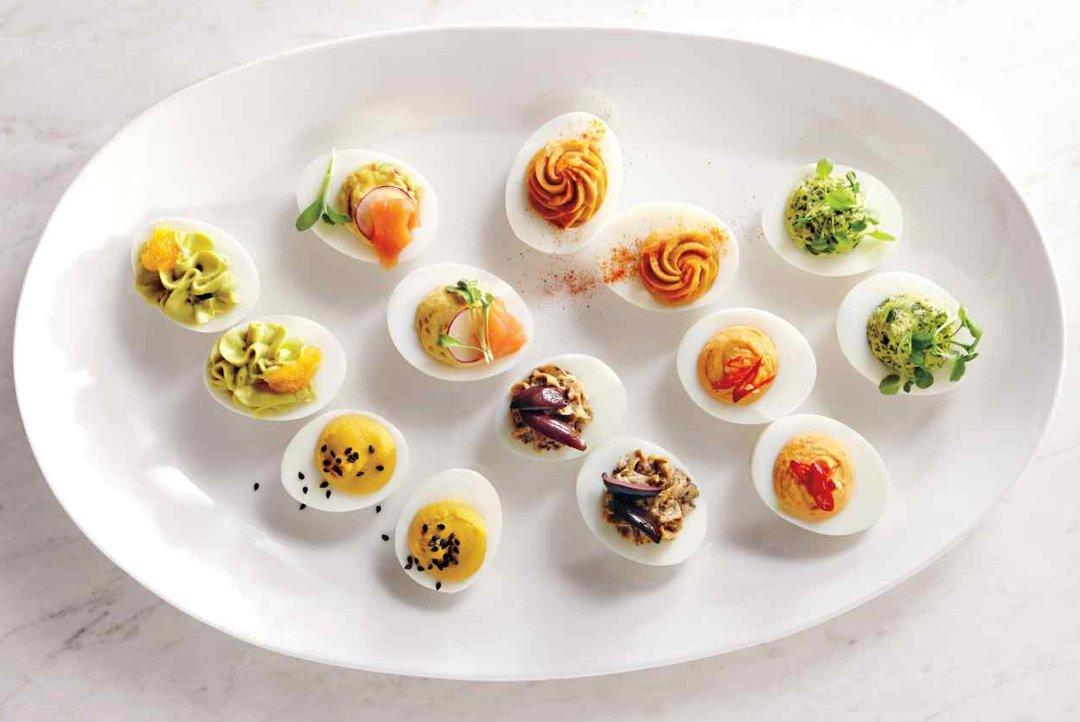 Фаршированные яйца с различными наполнителями на блюде