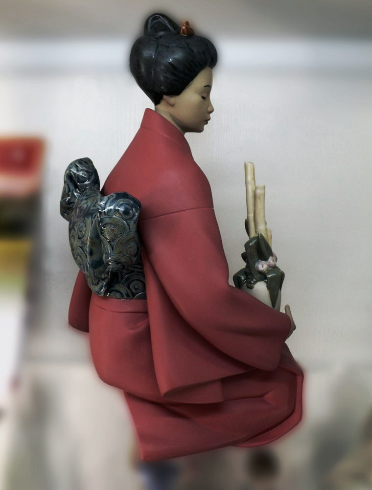 Керамическая статуэтка The Decorator (Составляя букет), созданная художниками под испанским брендом NAO, принадлежащим компании Lladro