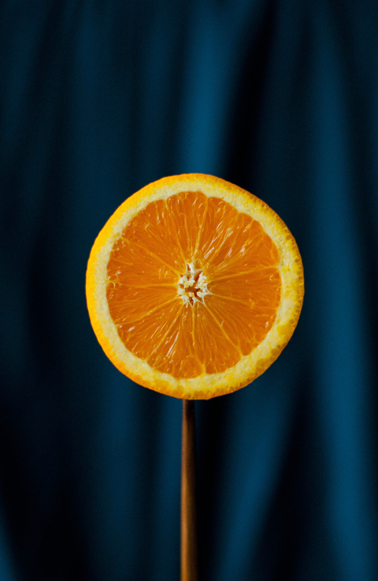 Долька апельсина на палочке
