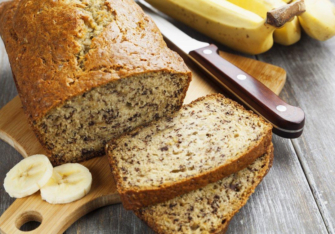 Готовый банановый хлеб на разделочной доске