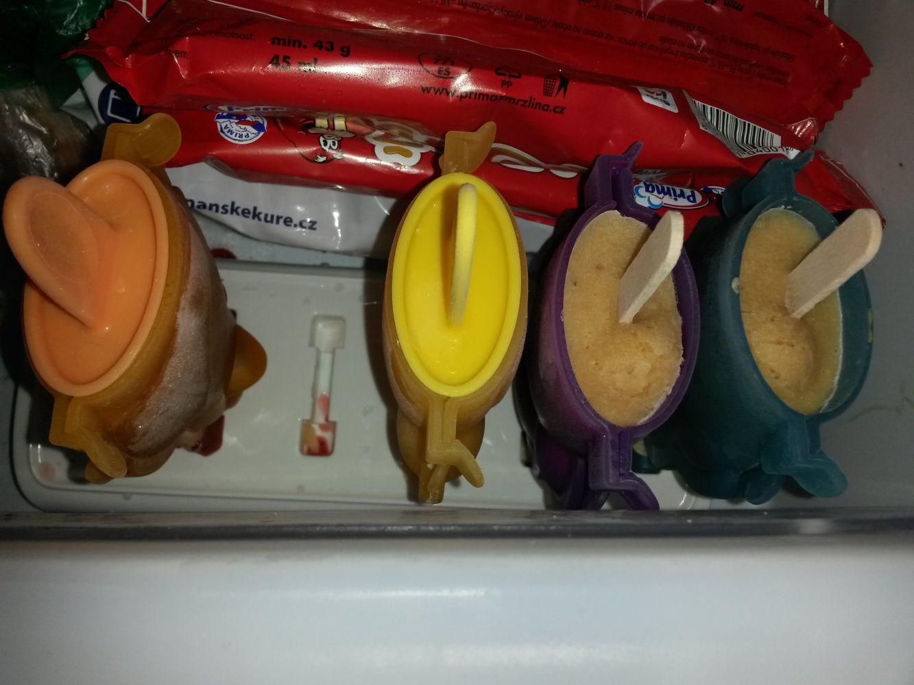 Формочки для домашнего мороженого из серии Tescoma BAMBINI 2014 года: иллюстрация использования с деревянными палочками