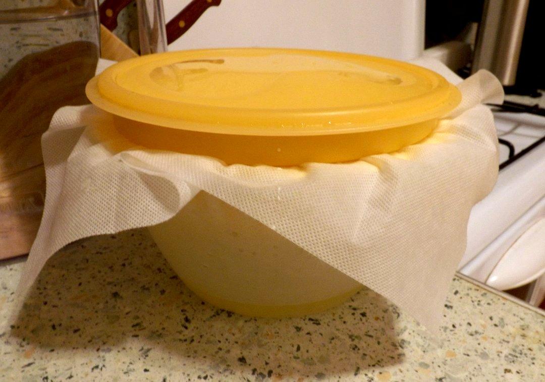 Подготовленный набор DELLA CASA от Tescoma во время отделения сыворотки от творога (сыра)