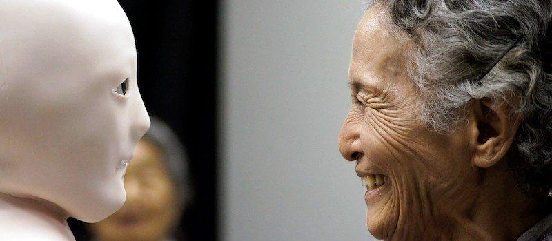 Эльфоробот от Лаборатории Хироси Исигуро и пожилая женщина