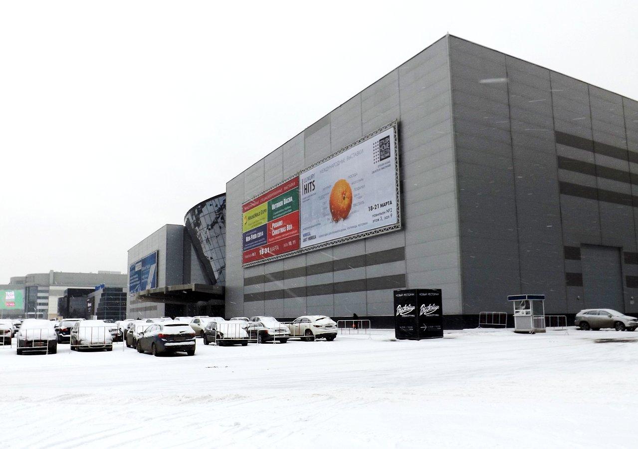 Павильоны выставочного комплекса Крокус Экспо (Москва) с рекламными вывесками LuxuryHITS и HouseHold Expo 2014