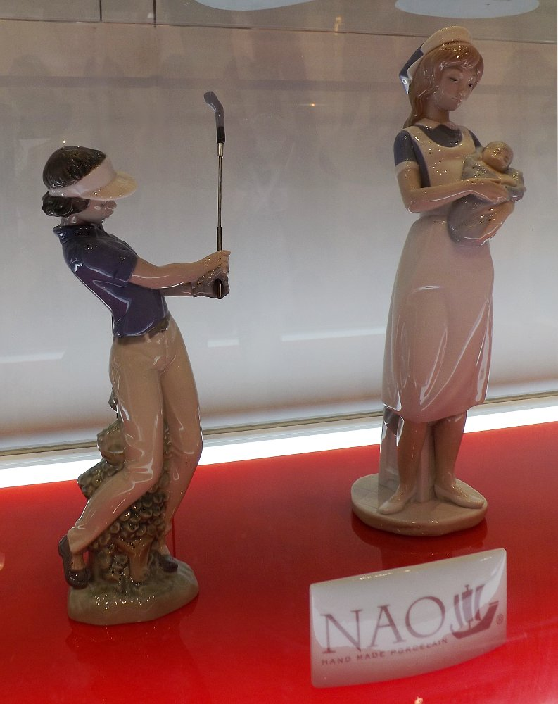 Статуэтки, созданные под брендом NAO компании Lladro и представленные на выставке HouseHoldExpo 2014 в Москве