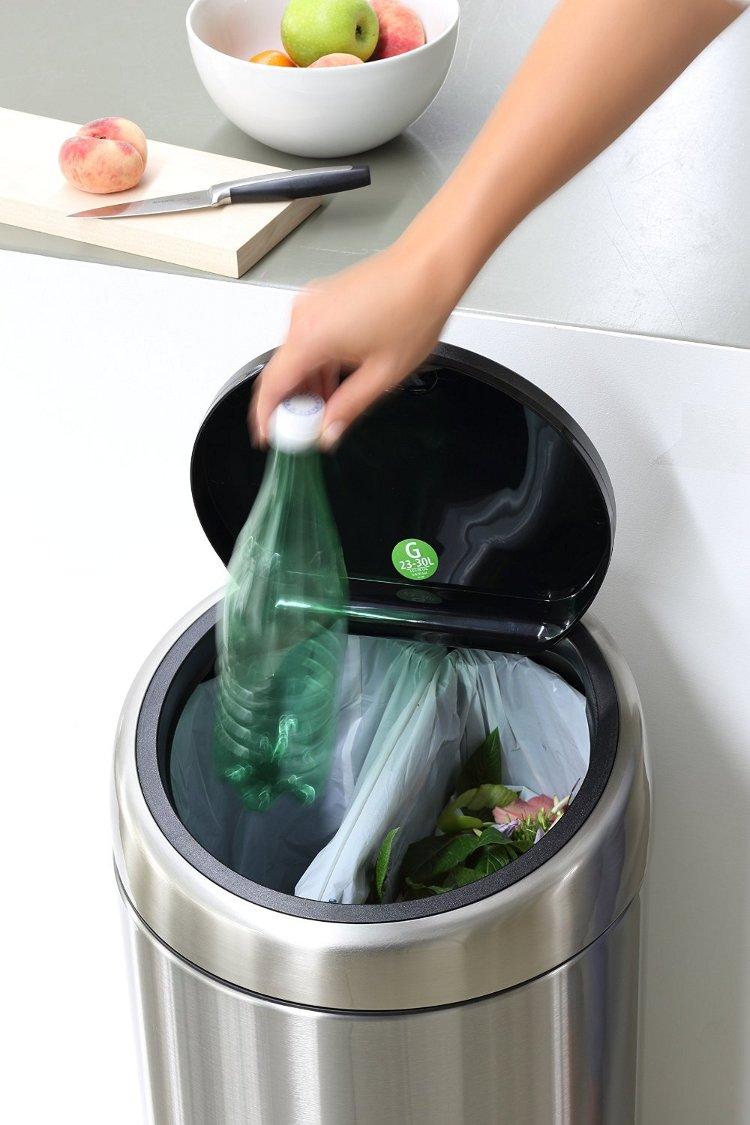 Иллюстрация к статье о компостировании с помощью быстроразлагаемых мешков от Brabantia: мусорный бак с двумя отделами. Вид А