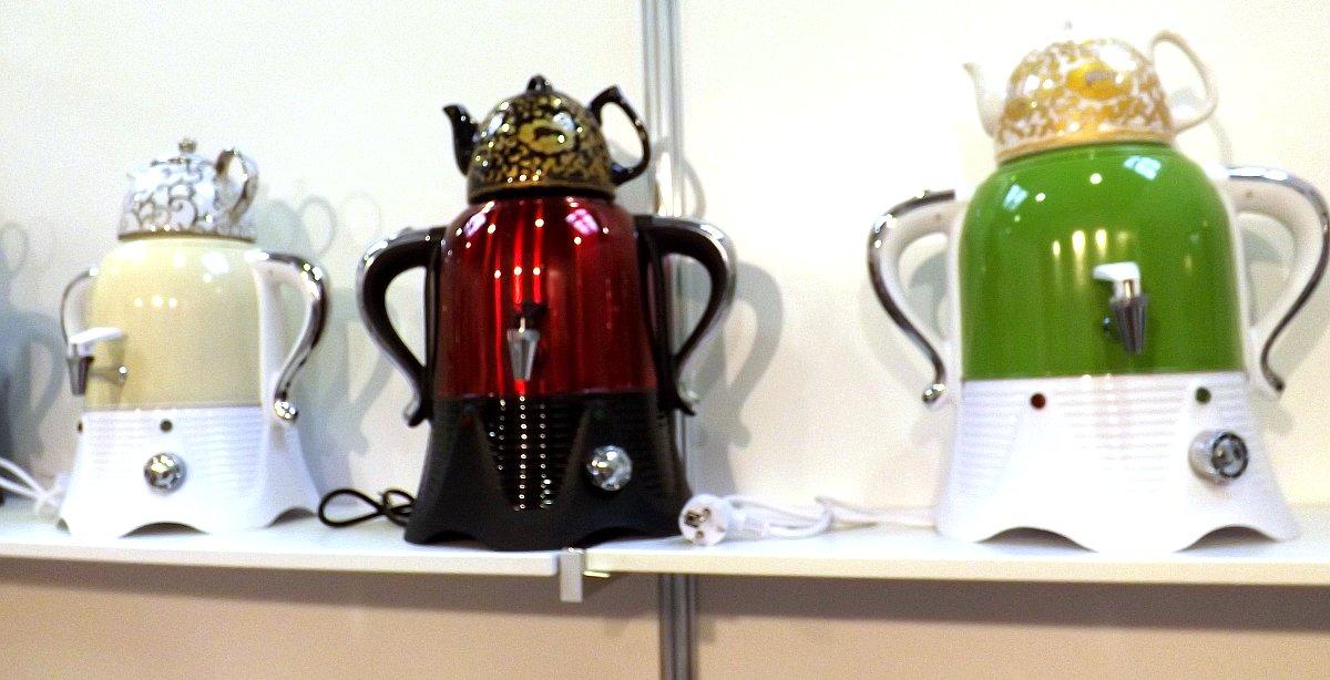 Электроприборы, напоминающие самовары, на экспозиции китайских производителей во время осенней выставки HouseHoldExpo 2013. Очень похожие товары с другими вариантами декоративных рисунков можно было видеть на HouseHoldExpo под российским брендом в марте 2015 года