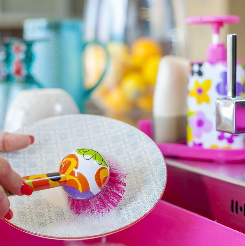 Процесс использования щётки для мытья посуды от Vigar