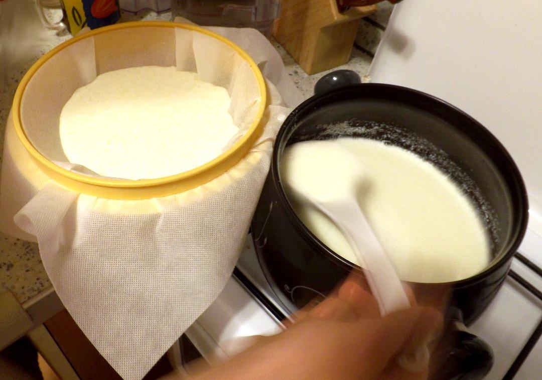 Перенос створоженной части молока на фильтрующее полотно набора DELLA CASA от Tescoma