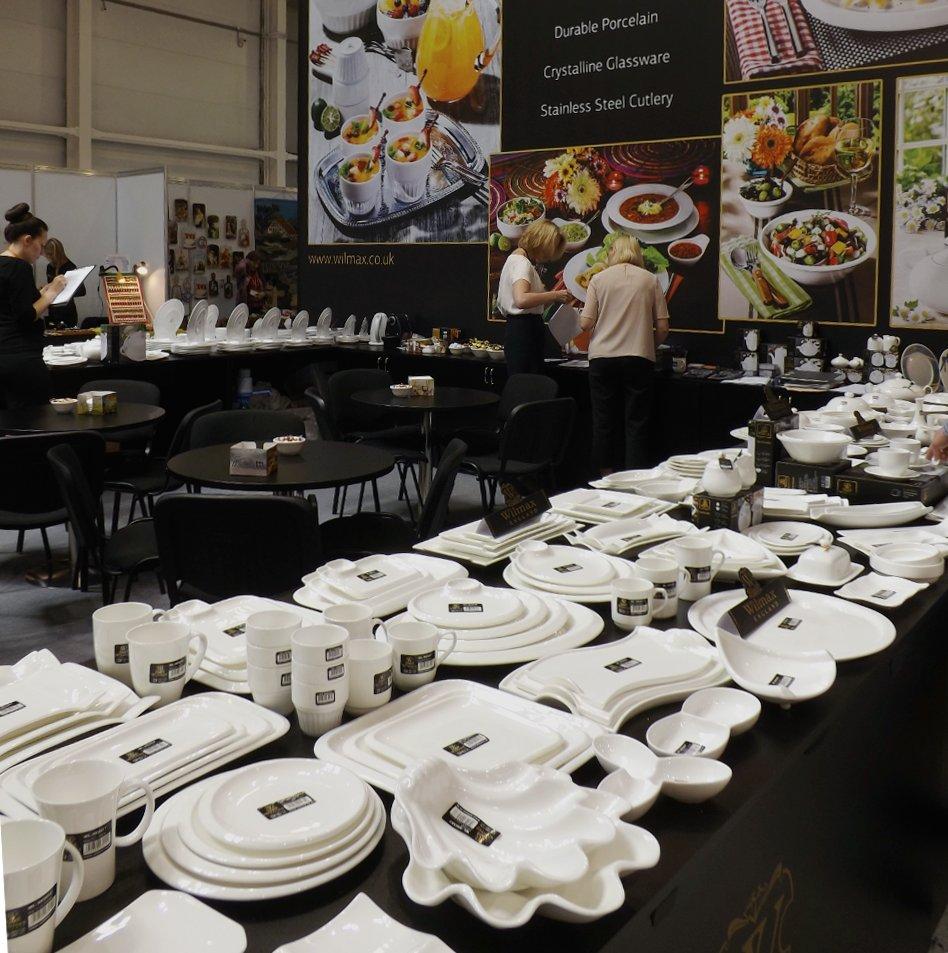 Продукция британско-китайского предприятия по производству и распространению фарфоровой посуды и кухонных аксессуаров на сентябрьской выставке HouseHoldExpo 2014 - вид А