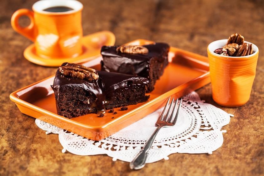 Керамическая посуда от Ceraflame-MondoCeram в виде помятых пластиковых ёмкостей и блюда для торта