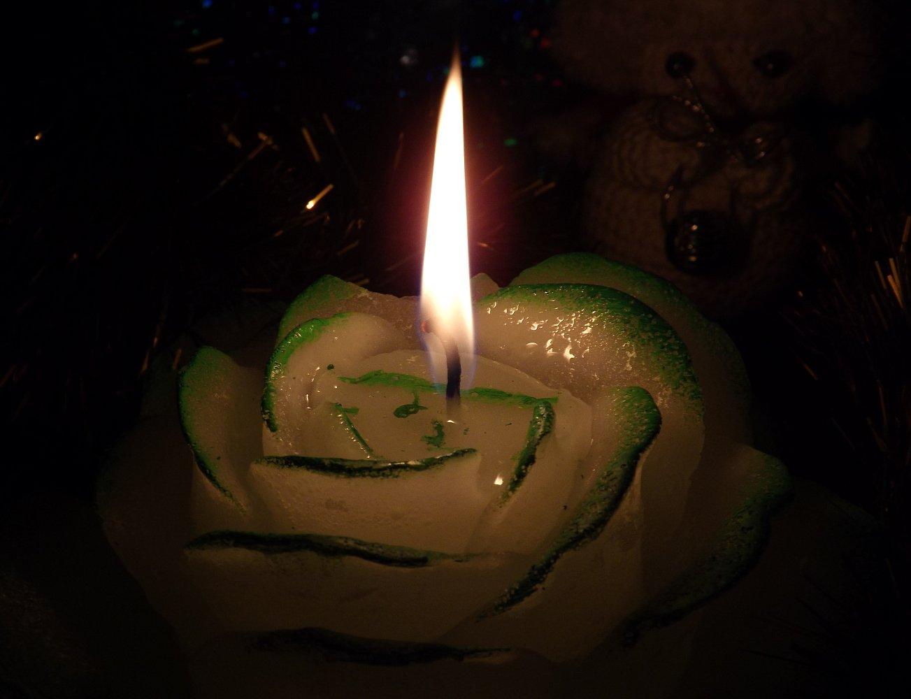 Расплавленный парафин вокруг фитиля свечи Bartek Candles
