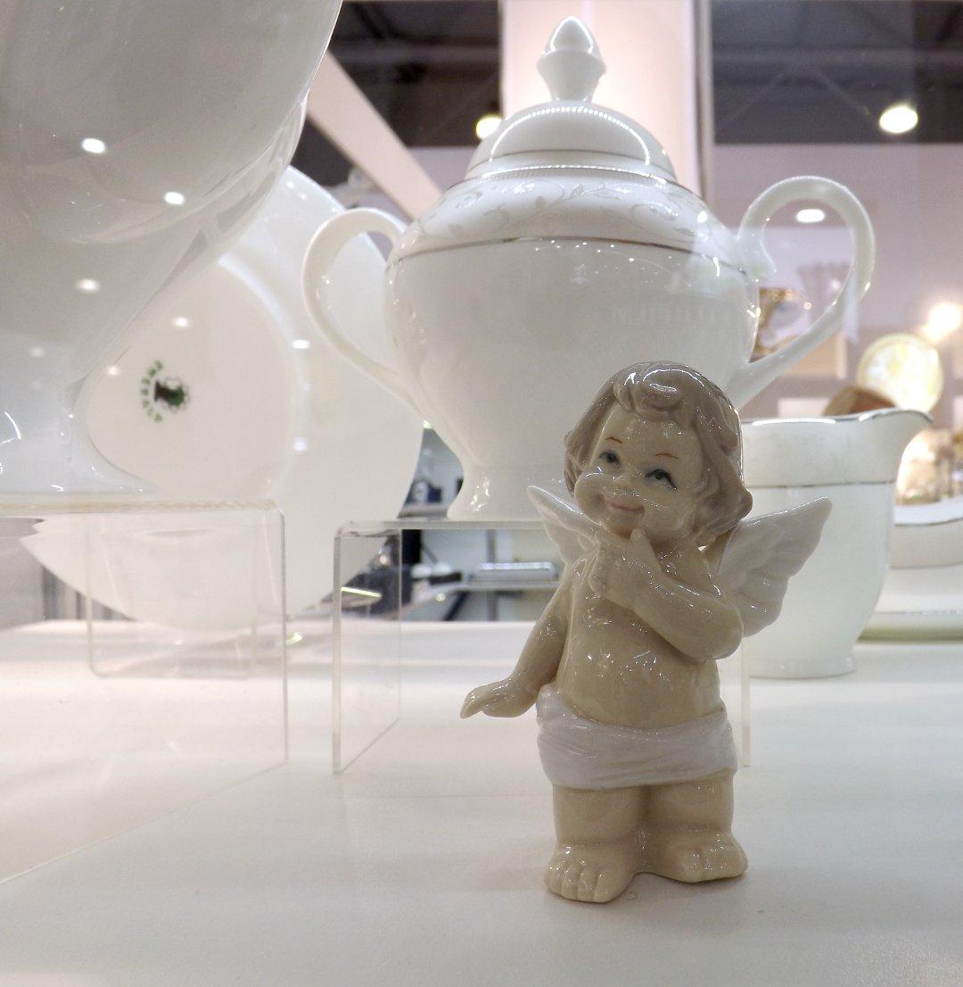Керамическая посуда и фигурка на выставке HouseHoldExpo в сентябре 2016 года