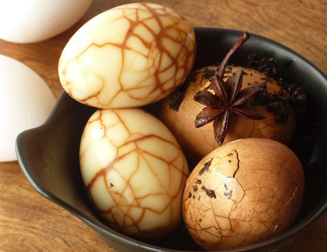 Готовые чайные яйца на блюде