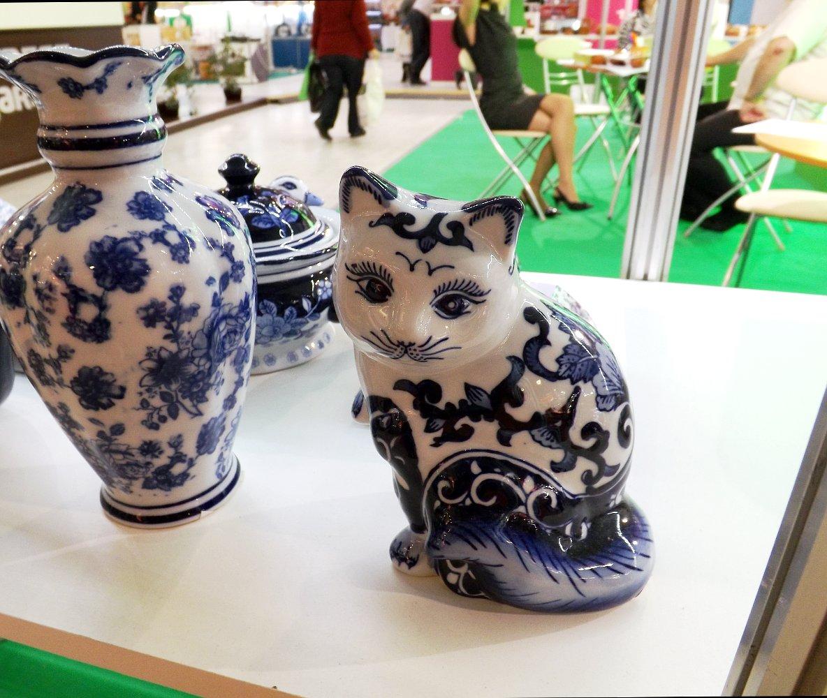 Cтатуэтка кошки расписная. Выставка HouseHold Expo в Москве, сентябрь 2013 г.