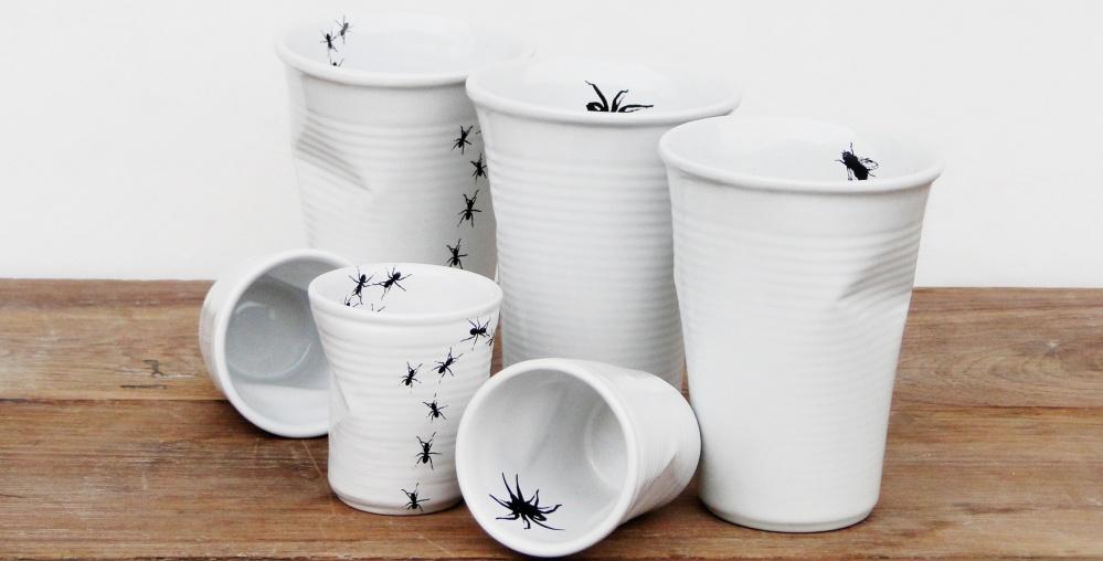 Керамическая посуда от Ceraflame-MondoCeram в виде пластиковых стаканов, по которым ползают насекомые