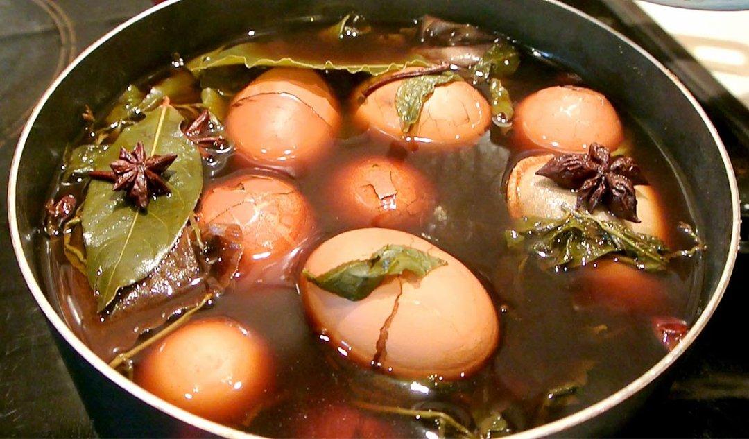 Чайные яйца в кастрюле во время приготовления