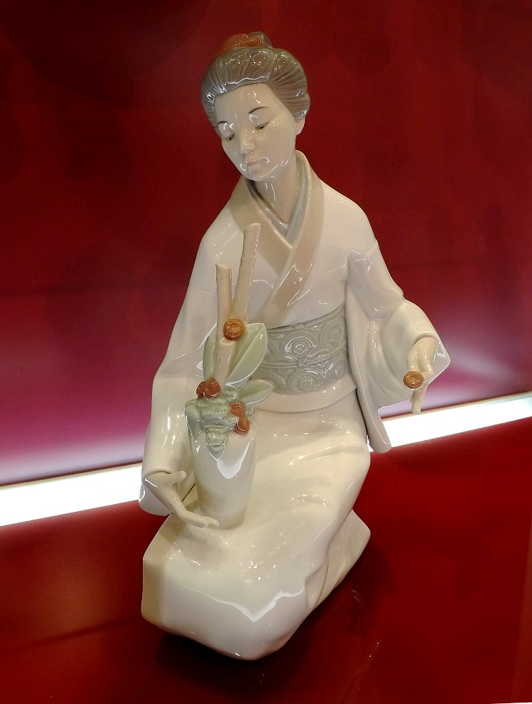 Статуэтка *Составляя букет* (The Decorator), созданная под брендом NAO компании Lladro