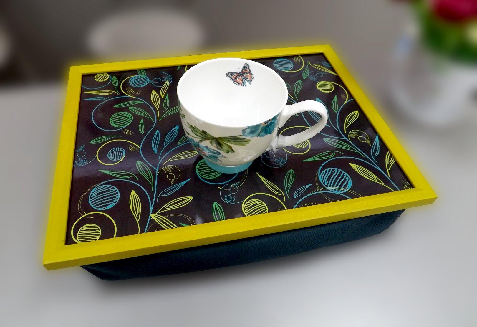 Обратная сторона подноса на подушке со стилизованным изображением растений и кружка из костяного фарфора из серии Поэзия & Проза от Top Art Studio