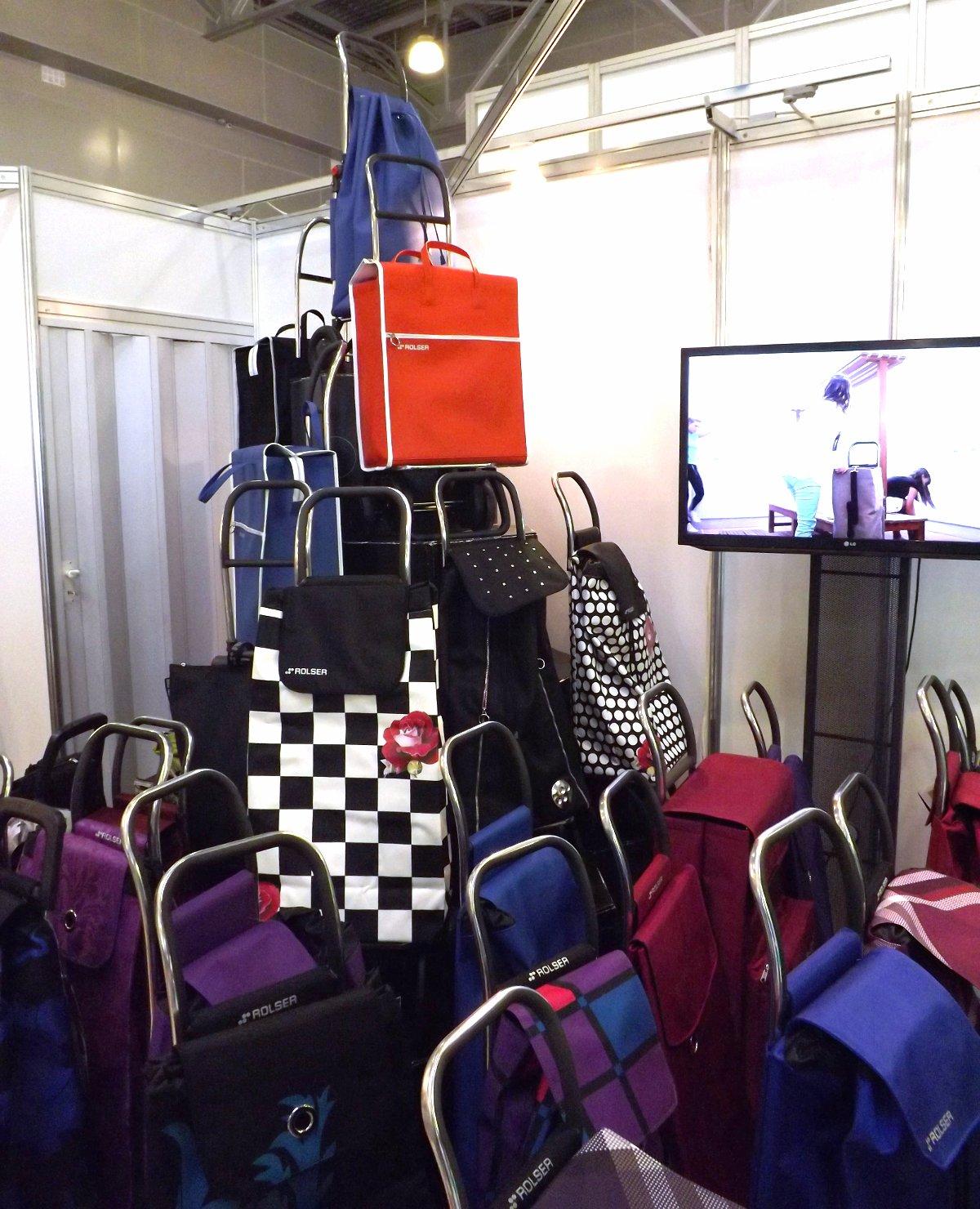 Сумки-тележки на экспозиции бренда Rolser во время выставки HouseHoldExpo 2015