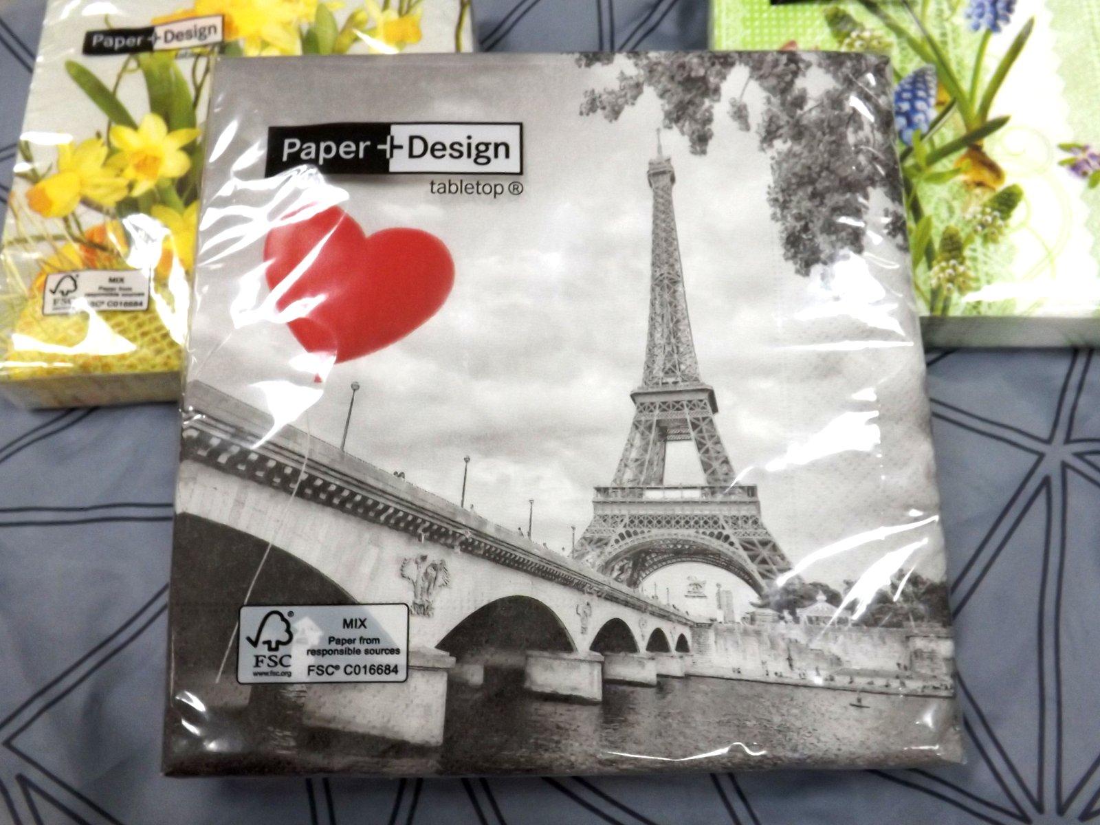 Бумажные салфетки от Paper+Design в прозрачных упаковках с изображениями эйфелевой башни и цветов