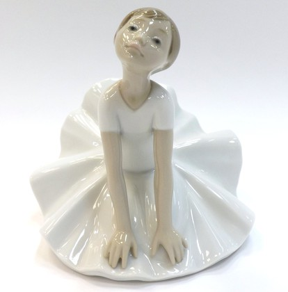 Статуэтка фарфоровая На уроке балета (Thinking Pose) 15см NAO 02001612