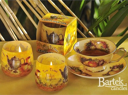 "Bartek Candles TEA TIME Свеча ""Чайная пауза"" - в интерьере, стакан 80х75мм, артикул 5907602664225"