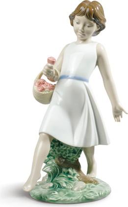Статуэтка фарфоровая NAO Гуляя босиком (Barefoot Stroll) 23см 02001828