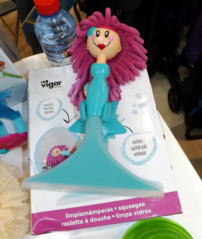 Сгон для воды в форме куклы на экспозиции бренда Vigar во время выставки HouseHoldExpo 2015