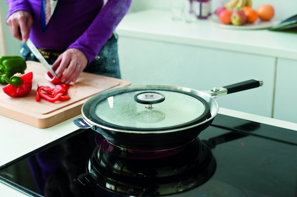 Сковорода CLEAN'COOKIN от Beka из нержавейки с керамическим покрытием и анти-брызговым дизайном