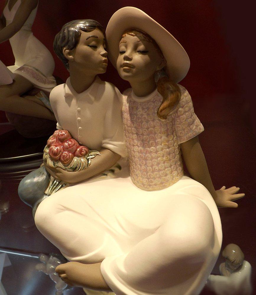 Статуэтка *Похищенный поцелуй* (Stealing a Kiss), созданная под брендом NAO компании Lladro