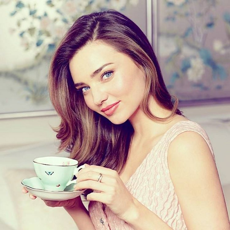 Фарфоровая посуда из коллекции Miranda Kerr for Royal Albert 2014 и сама Миранда Керр. Вид Б