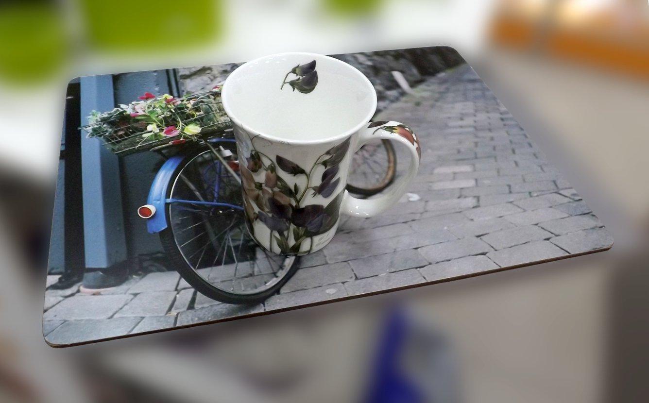 Подставка на основе пробкового дерева с изображением велосипеда на небольшой городской улочке и фарфоровая кружка с рисунком душистого горошка от Creative Tops