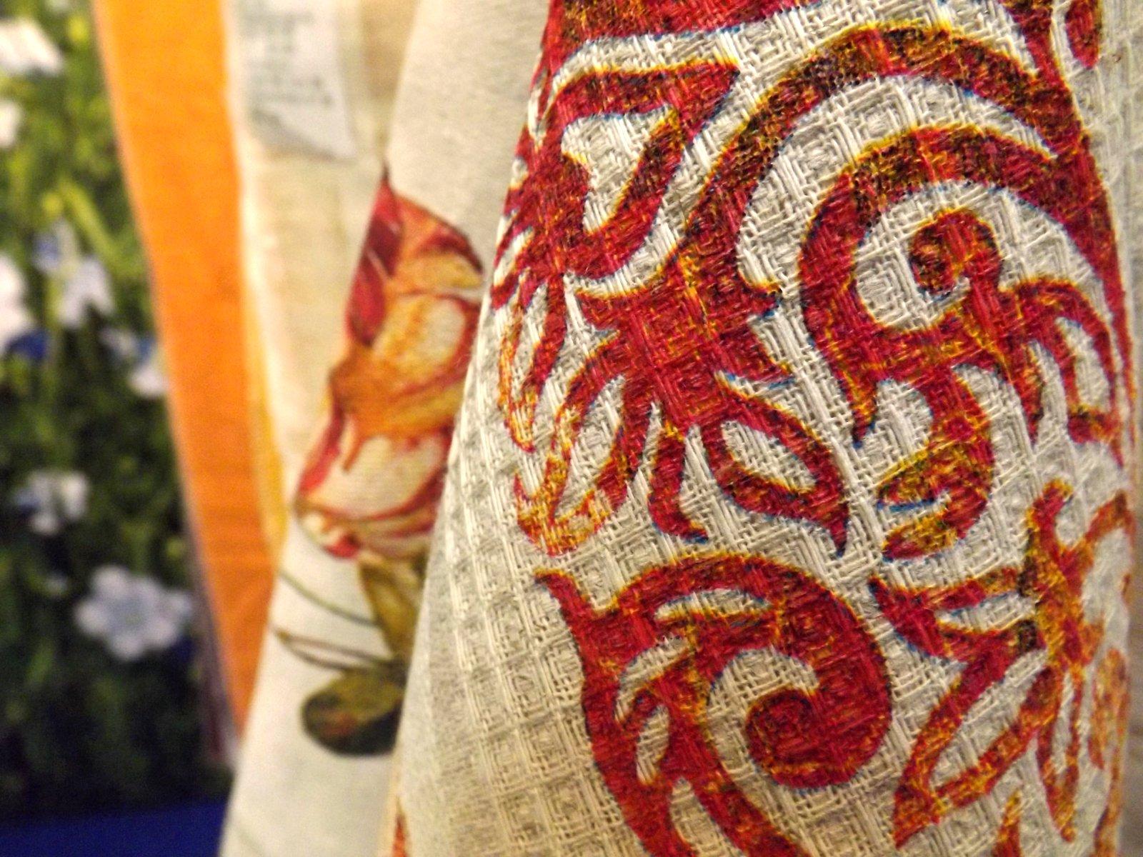 Образцы кухонных полотенец Оршанского льнокомбината на экспозиции бренда Белорусский лён во время весенней выставки HouseHoldExpo 2015