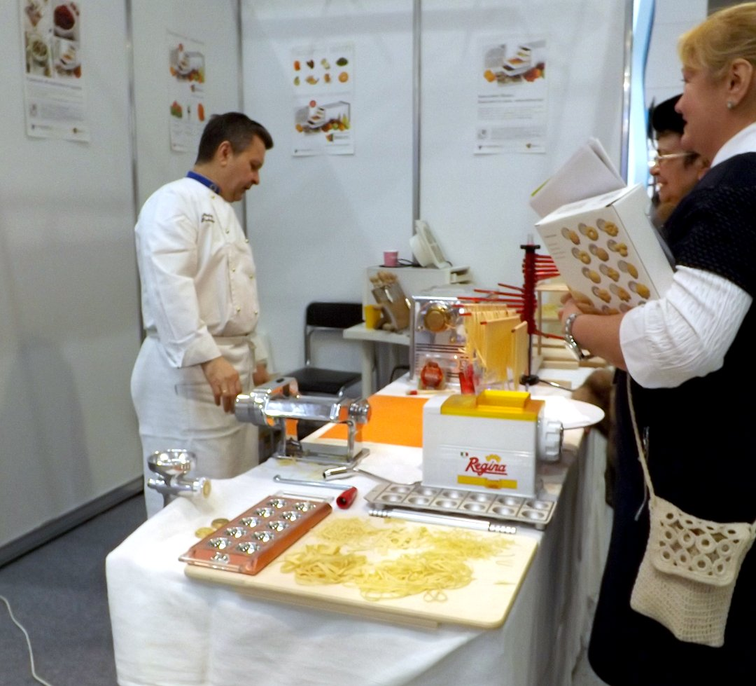 Демонстрация изготовления лапши на одной из экспозиций участников выставки HouseHoldExpo в марте 2016 года