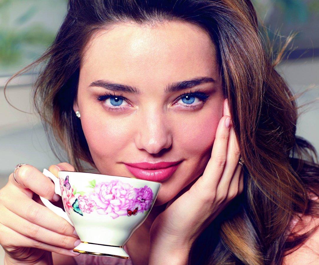 Миранда Керр с чашкой от Royal Albert. Вид А