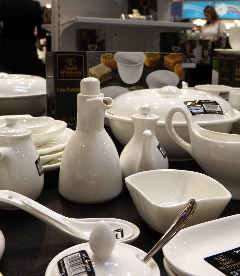 Продукция британско-китайского предприятия по производству и распространению фарфоровой посуды и кухонных аксессуаров на сентябрьской выставке HouseHoldExpo 2014 - вид В
