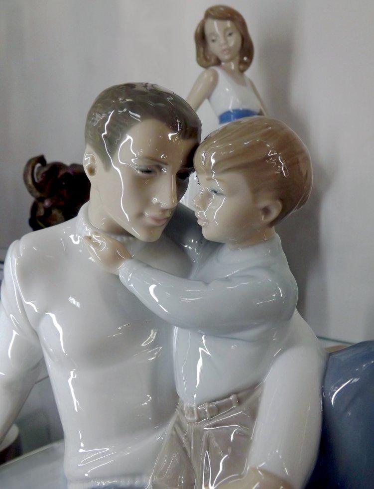Статуэтки NAO: фарфоровая скульптурная миниатюра To Love and Protect (Любить и защищать)