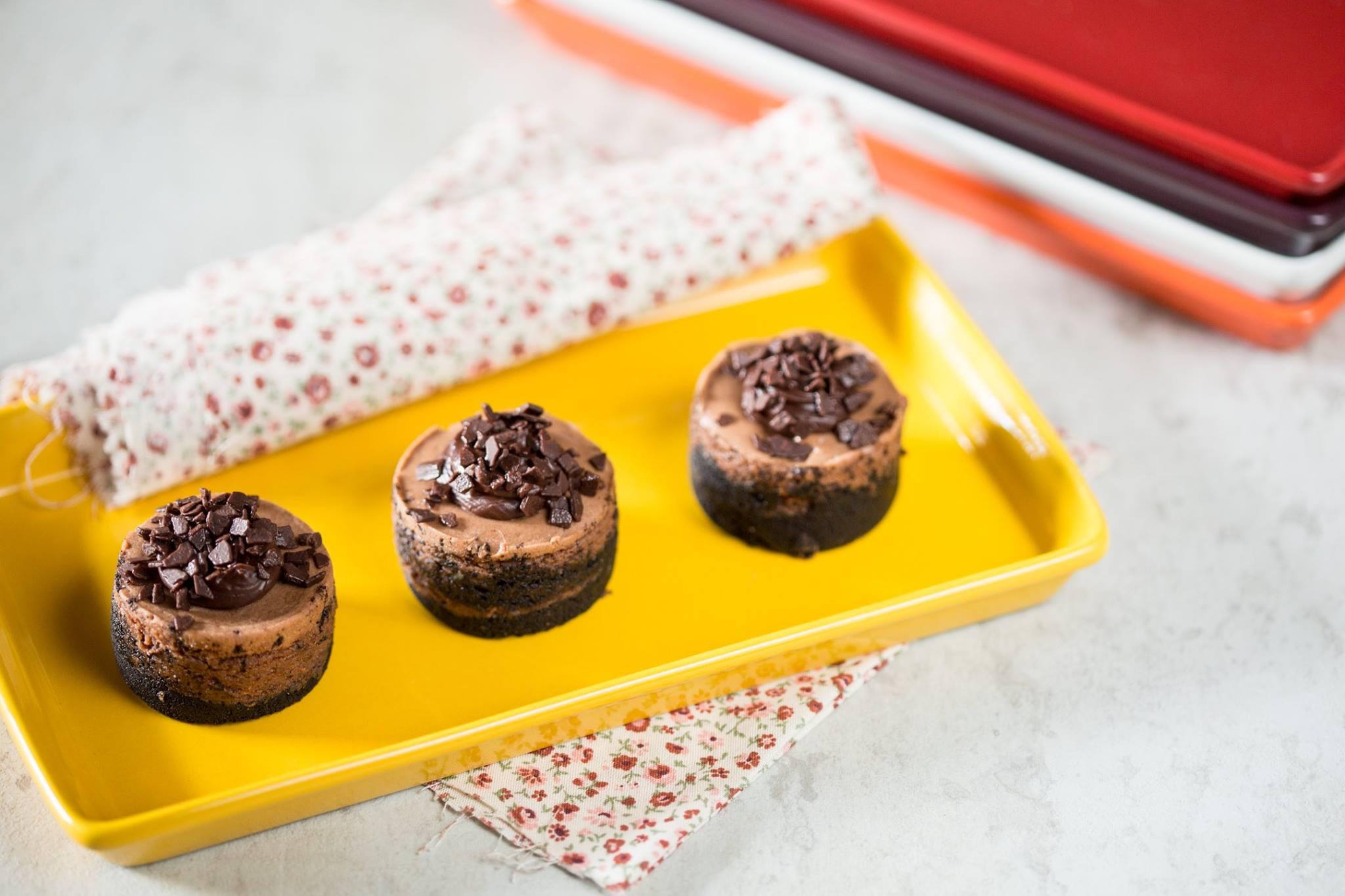 Кондитерская посыпка из шоколадных элементов на пирожных, поданных на керамическом подносе от Ceraflame