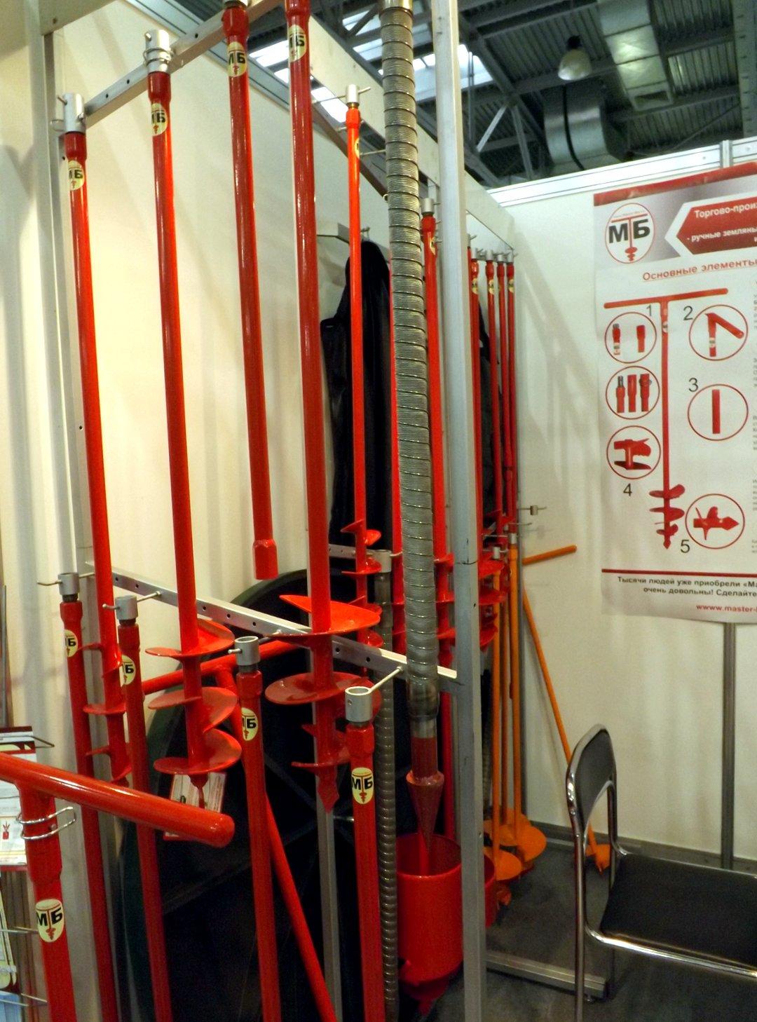 Буровые инструменты для добычи воды из подземных источников, представленные во время выставки HouseHoldExpo в марте 2016 года