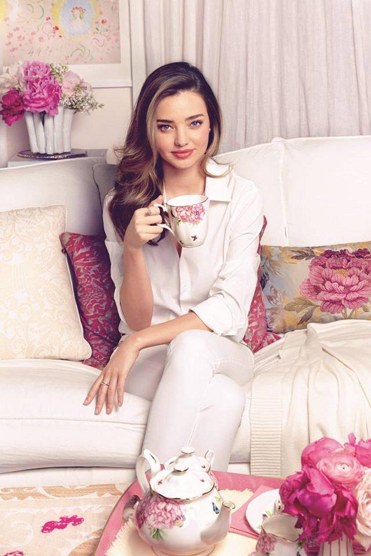 Фарфоровая посуда из коллекции Miranda Kerr for Royal Albert 2014 и сама Миранда Керр. Вид В